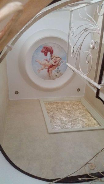 Affresco a soffitto a forma di rosone con due amorini