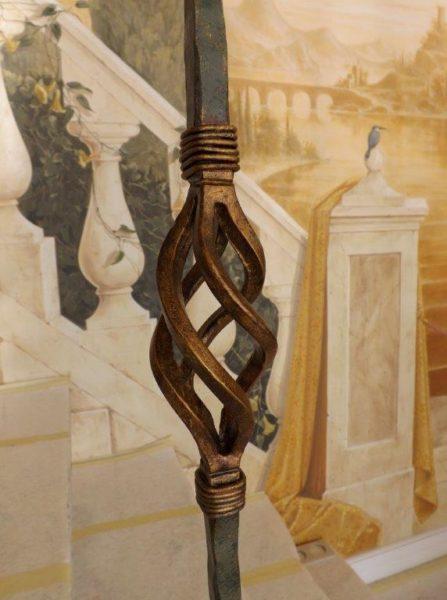 Dettaglio della ringhiera della scala dipinto in colore bronzo