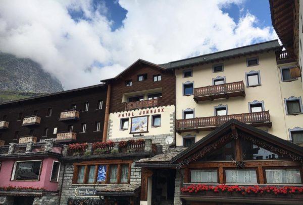 La facciata esterna dell'Hotel Jumeaux. Si nota l'affresco di Mariani e le decorazioni intorno alle finestre