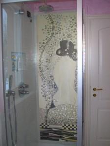 Anche un'opera di Klimt può essere lo sfondo ideale per una doccia. La realizzazione è di Mariani Affreschi
