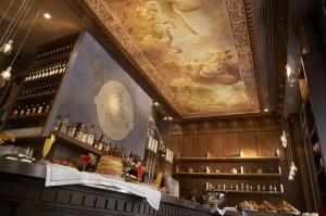 Un affresco a soffitto puo' dare a un locale un'atmosfera molto particolare. Ecco un'ambientazione realizzata da Mariani Affreschi