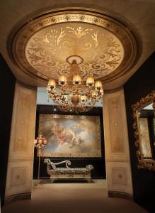 I soffitti affrescati possono fungere anche da decoro per complementi d'arredo preziosi come questo lampadario. Tutto by Mariani Affreschi