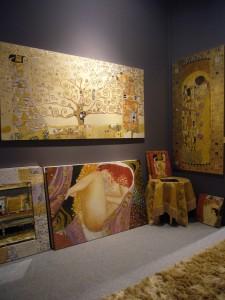 """Sulla destra un'interpretazione de """"Il Bacio"""" di Klimt realizzato da un'artista di Mariani Affreschi"""