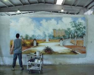Un artista della Mariani Affreschi durante l'esecuzione di un paesaggio ad affresco