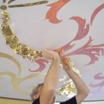 L'artista applica la foglia oro