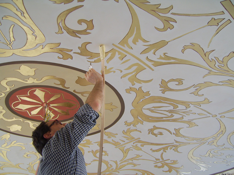 ... tocco: il profilo della foglia oro e il soffitto è unopera darte