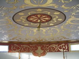 Un soffito affrescato a foglia oro di una residenza privata