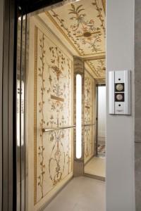 Gli interni affrescati di un ascensore realizzati da Mariani Affreschi