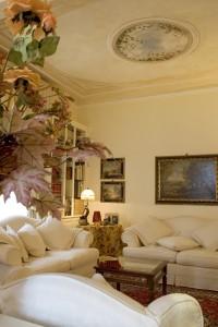 Scorci di cielo, fiori, greche raffinate e disegni: un soffito firmato Mariani Affreschi per una casa milanese