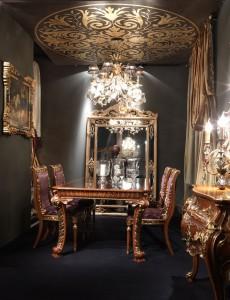 Nello stand di ArteArredo al Salone del Mobile 2010 un soffitto affrescato in foglia oro incontra la bellezza di un tavolo in legno pregiato fatto a mano