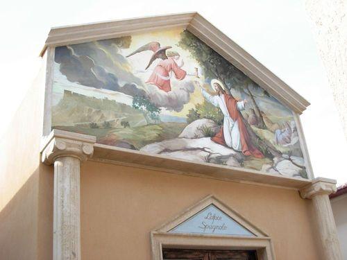 Nell'immagine l'esterno di una cappella cimiteriale realizzata ad affresco da un'artista di Mariani