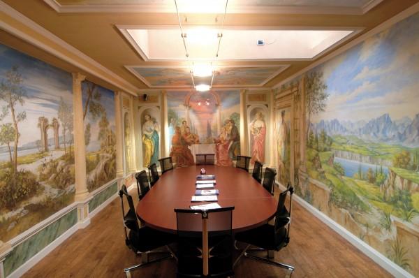 Ecco una splendida immagine della sala riunioni dell'azienda Salionti affrescata con le opere di Mariani