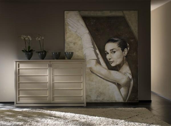 In una zona living raffinatissima un ritratto della mitica Audrey ci svela i segreti e la magia dell'affresco