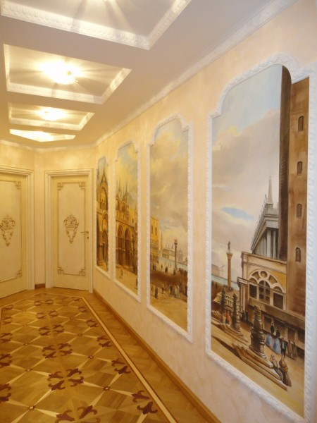 Gli affreschi possono arredare anche un lungo corridoio come questo