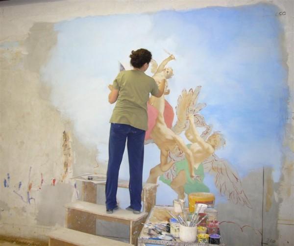 L'artista di Mariani affreschi durante la fase di affrescatura. Da notare la parziale intonacatura a fresco del muro.