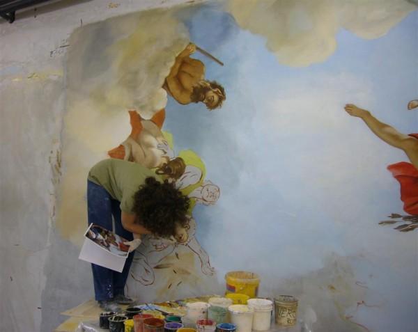 La complessità dell'opera impone all'artista di lavorare anche a testa in giù per realizzare il vero affresco.