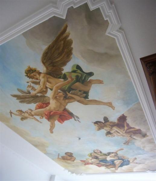 L'affresco incollato a soffitto e ritagliato all'interno della cornice in gesso nella casa del cliente.