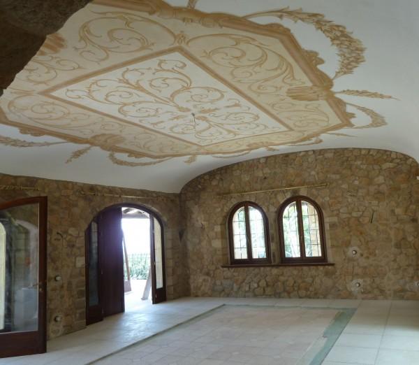 I decori ad affresco di Mariani si sposano perfettamente con la pietra naturale della villa
