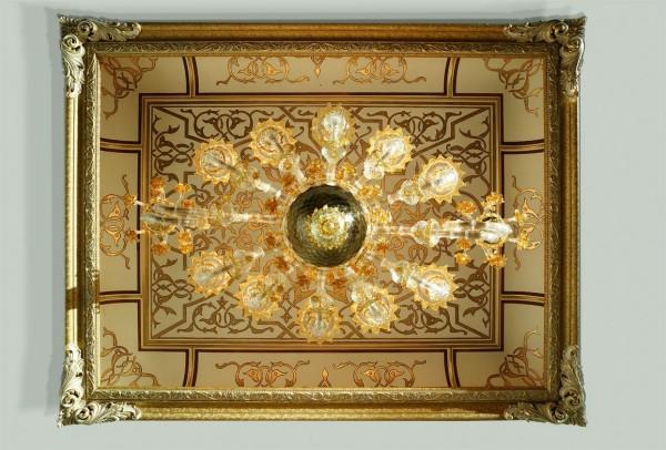 La magia del soffitto decorato con foglia oro, un classico Mariani