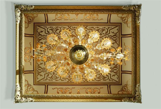 Soffitto in cartongesso decorato in foglia oro