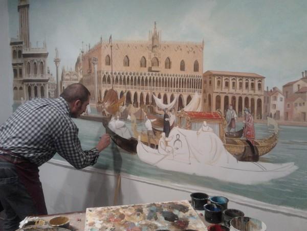 Un maestro d'arte di Mariani Affreschi realizza in fiera la Venezia, ispirandosi ad un'opera del Canaletto