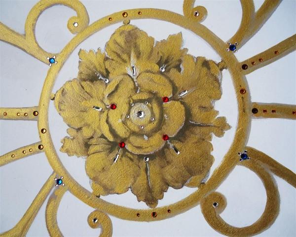 Oro e cristalli swarovski impreziosiscono gli elementi decorativi del soffitto grigliato