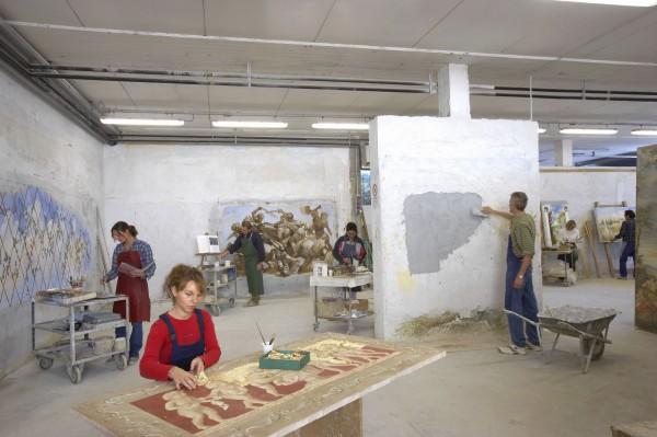 Gli artisti di Mariani al lavoro tramandano la tradizionale tecnica dell'affresco