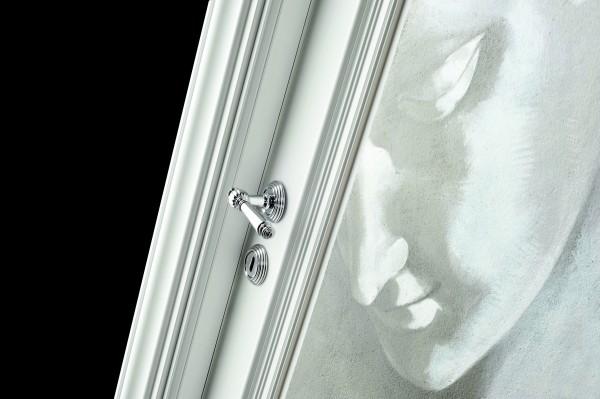 Un particolare della porta realizzata da Barausse con l'applicazione dell'affresco firmato realizzato dai maestri artigiani di Mariani