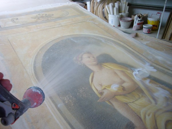 La fase di lavaggio che consente la svelatura della prima tela per trasferire l'affresco in positivo sulla seconda tela
