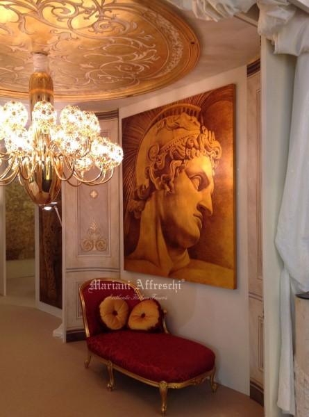 """L'ingresso dello stand di Mariani Affreschi, interamente affrescato in foglia oro. Sulla parete è esposta un'opera dipinta su foglia oro dal titolo """"Condottiero Romano"""""""