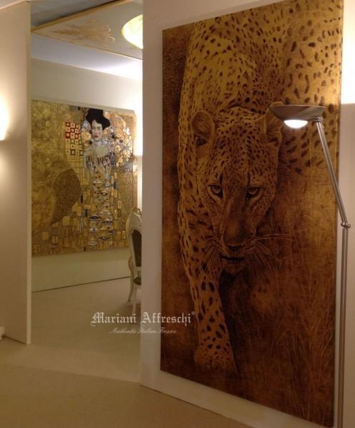 """Entrando nello stand si osserva l'opera """"Leopardo"""" in versione oro della collezione ArteMariani, e -in profondità- un dipinto del Klimt"""