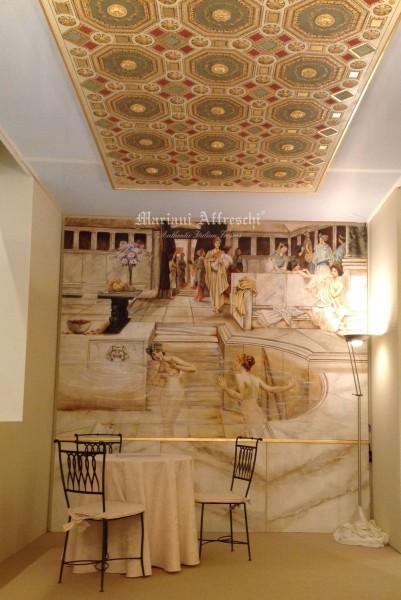 A parete un meraviglioso affresco ritraente scene dell'antica Roma, ideale per lo sfondo di una zona bagno. A soffitto, un affresco decorativo dal caratteristico effetto ottico, che riproduce un antico soffitto a cassettoni, impreziosito dalla foglia oro e dai rilievi in gesso.