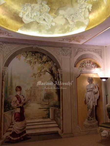 Un affresco di grandi dimensioni dove la pittura figurativa si unisce alla tecnica trompe l'oeil e alla decorazione in foglia oro, creando una scenografia classica di grande prestigio