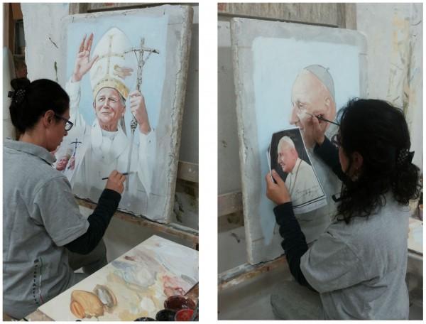 L'artista dipinge l'affresco (di Papa Giovanni Paolo II e Papa Giovanni XXIII) con terre naturali su intonaco e calce