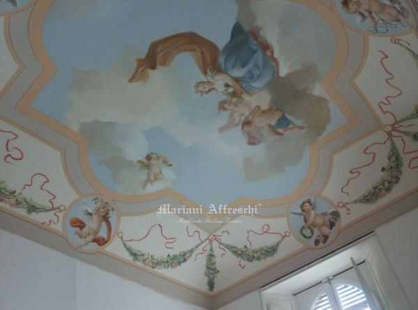 Ispirato ai canoni classici, un affresco creato dagli artisti di Mariani dona il meritato prestigio ad un antico soffitto a volta