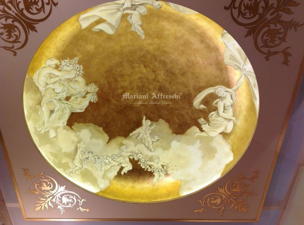 La cupola affrescata di Mariani Affreschi, completata da angolari decorati in oro. La profondità dell'opera è stata ottenuta grazie al contrasto tra le figure dipinte in color pietra ed il fondo in foglia oro