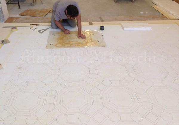 L'artista nel laboratorio di Mariani Affreschi mentre esegue la traccia dell'opera che verrà poi spedita in India per un soffitto speciale