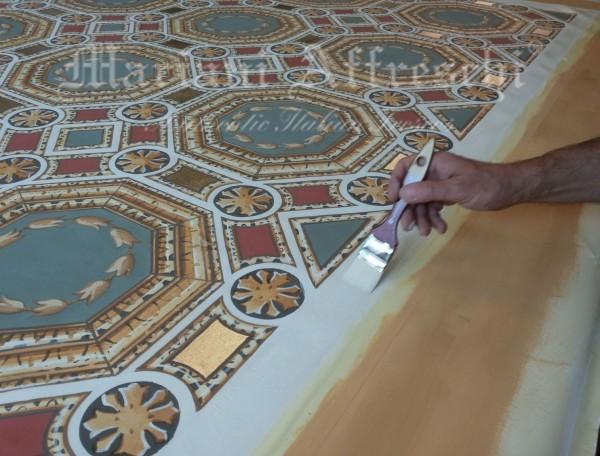 L'artista sta per concludere l'opera che andrà ad abbellire il soffitto di una villa in India