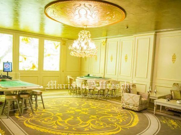 La sala da gioco del Casinò Le Grand Vie di Bucarest: ecco al suo centro protagonista la nuova realizzazione Mariani, un elemento di arredo suggerito dall'architetto Minuti e composto da una struttura in vetroresina decorata in foglia oro