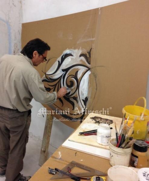 L'artista nel laboratorio Mariani Affreschi durante la fase di creazione del modello ornamentale che servirà alla realizzazione a misura del decoro