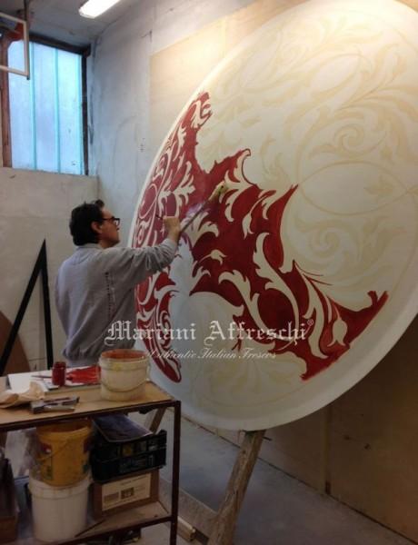 La finitura a colore sulla cupola, curata da uno degli artisti Mariani