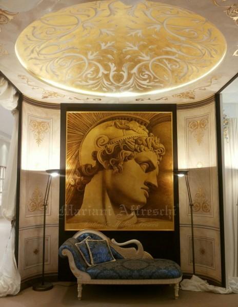 """L'ingresso dello stand di Mariani Affreschi: a parete il dipinto su foglia oro """"Condottiero"""", a soffitto la cupola dorata"""