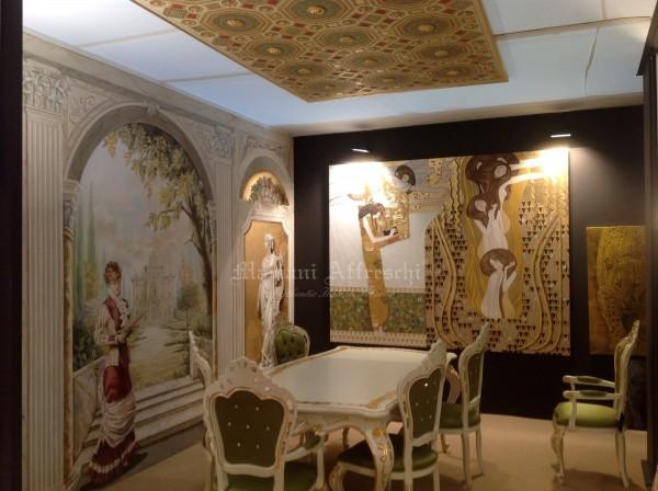 Un angolo dello stand di Mariani: la scenografia classica ad affresco, il soffitto decorativo affrescato ed un dipinto su tela raffigurante una inedita interpretazione del Klimt