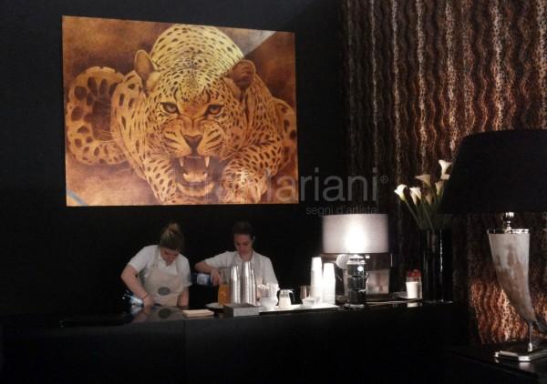 """L'ultima creazione di ArteMariani: """"Leopardo"""" su foglia oro, dipinto a mano su tela. Nella foto l'opera arreda il bar dell'area lounge del Classico Italiano durante il Salone del Mobile"""