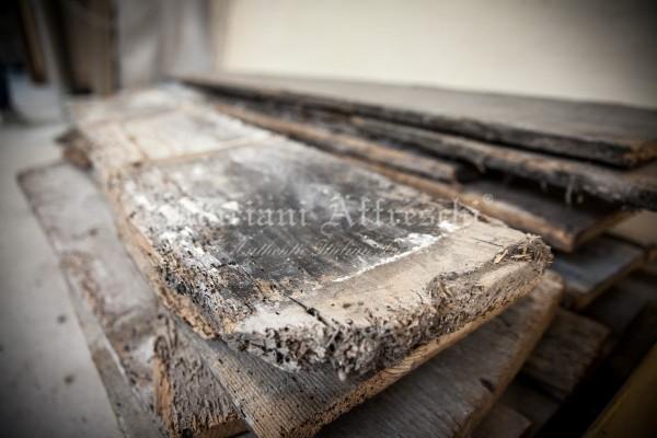 Alcune assi di legno antico risalenti al XVII secolo sono pronte per essere restaurate