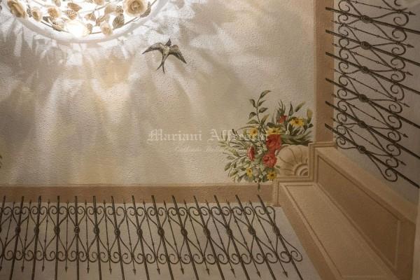 Un particolare del trompe l'oeil dipinto a soffitto, simulando la vista del cielo oltre una balaustra in ferro battuto