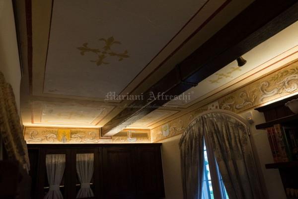 Alcune decorazioni eseguite a soffitto nel sotto-trave di questa casa sono state prese da libri antichi appartenenti alla collezione di famiglia