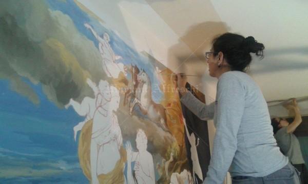 """L'artista di Mariani durante la realizzazione dell'affresco """"Diana ed Endimione"""", direttamente nella casa del cliente"""
