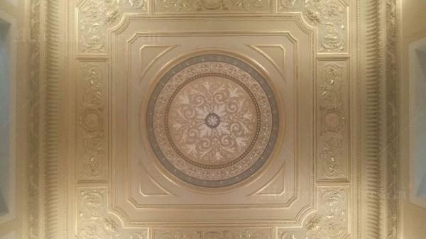 Installato a soffitto, l'affresco si inserisce perfettamente negli stucchi esistenti. Prima della sua esecuzione, i colori e le proporzioni sono state accuratamente studiati da Mariani