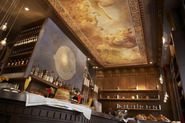 Un grande affresco ispirato al Tiepolo, installato a soffitto in un cafè ad Atene